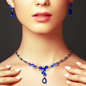 زن مدل جواهر یاقوت کبود