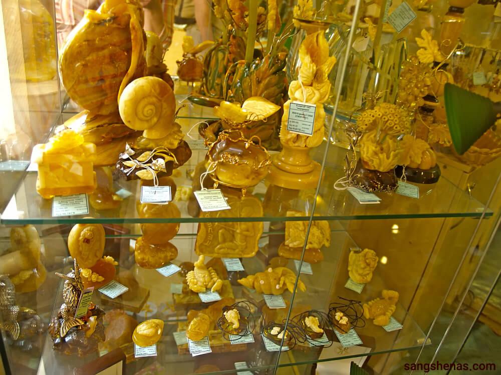 اشیا و مجسمه از حنس کهربا