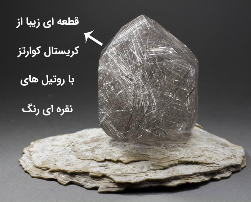 سنگ کوارتز شفاف به همراه روتیل یا در مویی