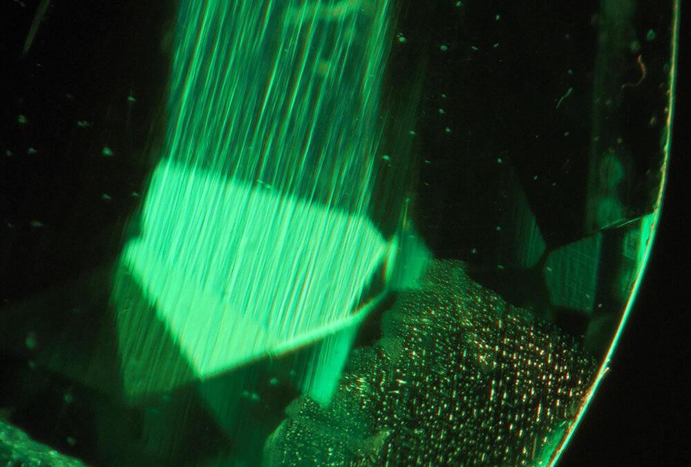 ناخالصی زمرد آزمایشگاهی هیدروترمال زیر میکروسکوپ