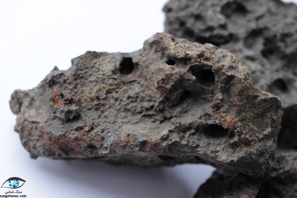 تخلخل و پوسته سوخته در شناخت شهاب سنگها