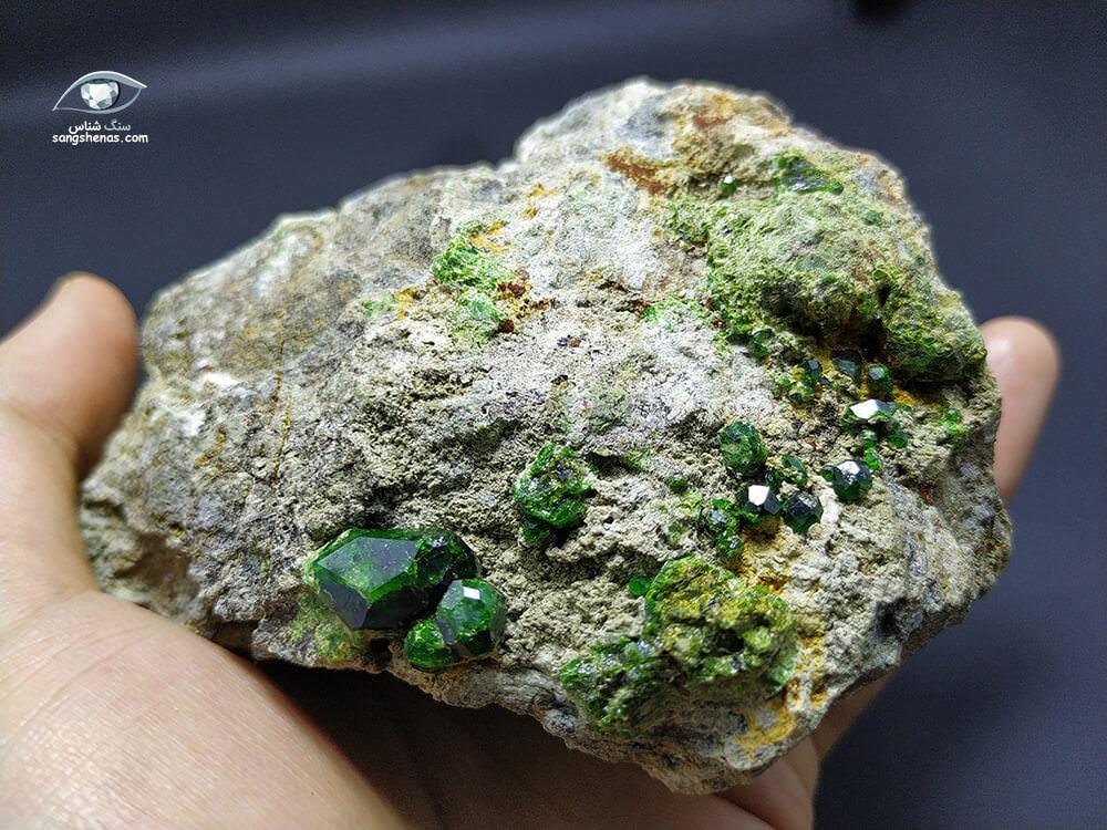 فروش سنگ راف بزرگ گارنت سبز دمانتویید