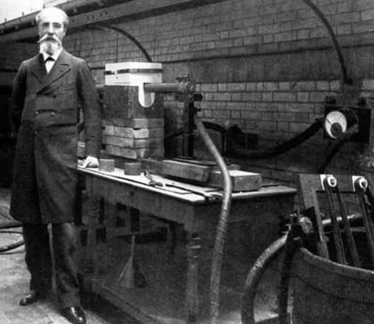 هنری مویسان بیش از 100 سال پیش در تلاش برای ساخت الماس