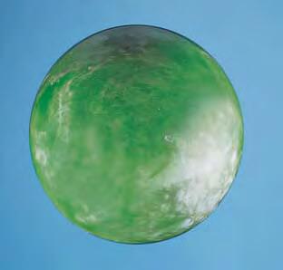 گوی یک سنگ تالک-سرپانتین که با لایه ای سطحی از مواد فسفروسانسی لایه ای پوشیده شده است.