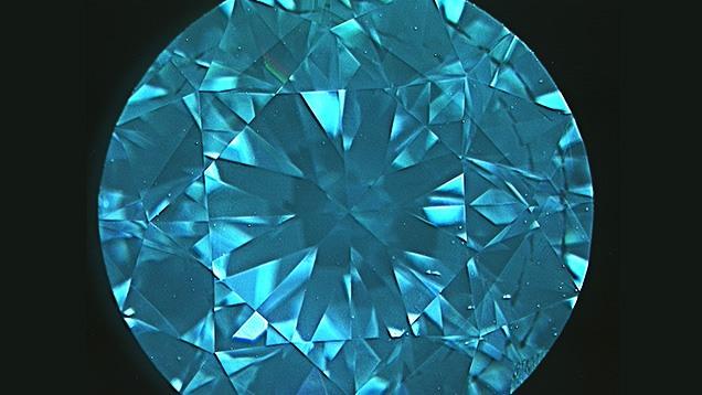 این تصویر DiamondView از یک الماس سنتتیک HPHT با وزن 1.60 قیراط ، شاخص الگوی مربعی را نشان می دهد که در فستهای تاج دیده می شود.