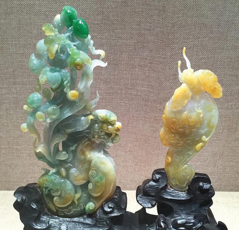 """این اشیاء زیبای کاروینگ شده """"استفاده هوشمندانه از رنگ"""" را برای ایجاد نمادهای سنتی چینی نشان می دهند و مهارت فوق العاده کاروینگ کاران را نشان می دهند."""
